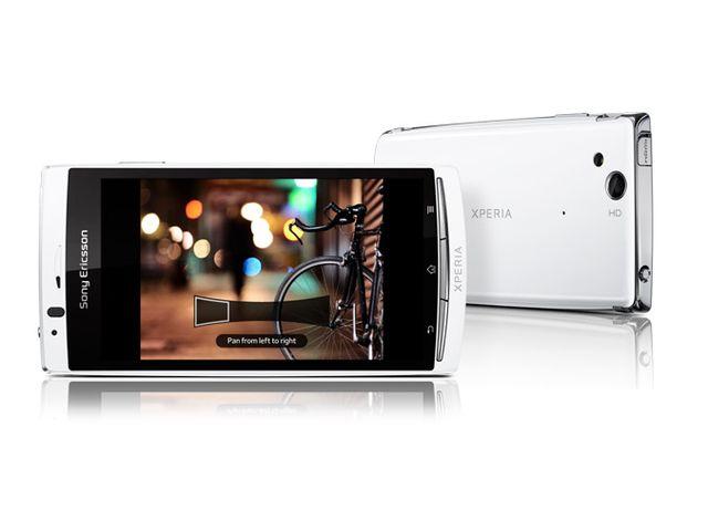obsah balení Sony Ericsson Xperia arc S bílý + originální autonabíječka Sony Ericsson